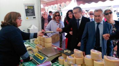 La Casona de los Pisones con sus quesos en la Feria San José en Melgar de Fernamental